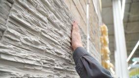 Material conmovedor de la mano para la pared de la casa Diseñador que selecciona el material para la nueva casa almacen de metraje de vídeo