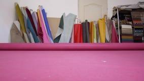 Material cor-de-rosa desenrolando em uma fábrica da mobília video estoque
