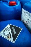 Material corrosivo en el envase ácido imágenes de archivo libres de regalías