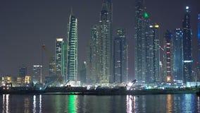 Material de construcci?n, trabajos del excavador en la noche Dubai nocturno que se prepara a la expo 2020, construcci?n de edific almacen de metraje de vídeo