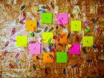 Material de la escuela en la composición en fondo marrón fotografía de archivo