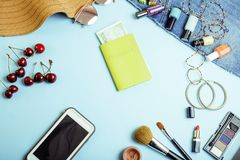 Material de menina do curso diverso no azul e no yel coloridos do fundo Fotografia de Stock