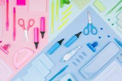 Material de oficina moderno de la juventud - efectos de escritorio azules, rosados, amarillos de neón como modelo decorativo en e Imagen de archivo