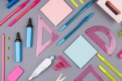 Material de oficina moderno de la juventud - efectos de escritorio azules, rosados, amarillos, verdes de neón como modelo decorat Fotos de archivo libres de regalías
