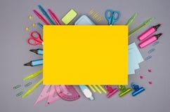Material de oficina moderno de la juventud - efectos de escritorio azules, rosados, amarillos, verdes de neón y papel amarillo co Fotografía de archivo libre de regalías