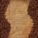 Material de serapilheira com feijões de café Fotos de Stock Royalty Free