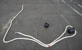 Material desportivo, corda e pesos exteriores imagens de stock