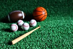 Material desportivo no fundo verde fotos de stock