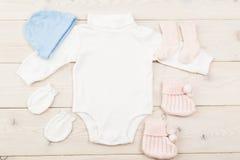 Material do bebê na tabela de madeira Fotografia de Stock Royalty Free