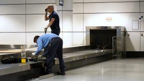 Material do carrossel de fixação da bagagem do aeroporto de Montreal Aeroporto de Montreal, Canadá, em julho de 2018 filme