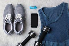Material do esporte com perseguidor e smartphone da aptidão Foto de Stock Royalty Free