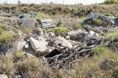Material do lixo e do construção que polui um lote vazio imagem de stock