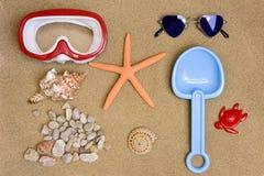 Material do verão na areia de uma praia Imagens de Stock Royalty Free