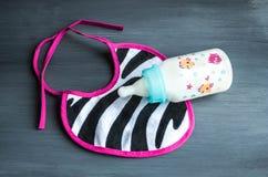 Material e brinquedos para o bebê recém-nascido, conceito da forma Fotos de Stock