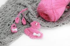 Material e skein feitos crochê cinza Fotografia de Stock Royalty Free