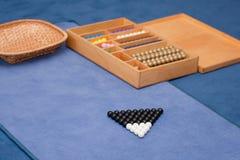 Material educacional de Montessori. Escadas do grânulo. fotografia de stock royalty free
