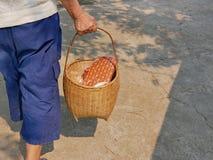 Material in einem Korb, der für Rod Nam Dam Hua-Zeremonie, Respekt zu den Ältesten, während Songkran-Festivals in Thailand zah stockfotos