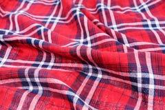 Material enrugado Escuro vermelho - fundo quadriculado azul de pano da camisa imagens de stock