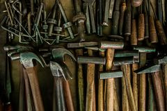 Material för hammaresilvermetall med trähandtaget arkivfoto