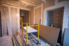Material für Reparaturen in einer Wohnung ist im Bau stockfoto