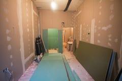 Material für Reparaturen in einer Wohnung ist im Bau stockfotografie