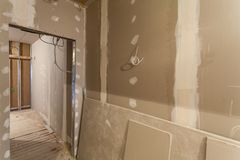 Material für Reparaturen in einer Wohnung ist im Bau, Umgestaltung, Wiederaufbau und Erneuerung lizenzfreie stockfotos