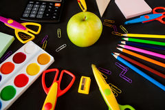 Material für Schule, Büroklammern, Bleistifte, Farben, scisor und Notizbuch Lizenzfreies Stockfoto