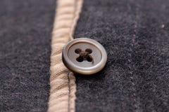 Material macio do material sarapintado da multa do estilo da sarja de Nimes da tela com marrom do botão imagem de stock royalty free