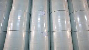 Material para la producción de papel pintado, fábrica del papel pintado del almacén, un rollo del papel para la producción de pap almacen de video