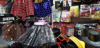 Material plástico para as crianças expostas para a venda em uma loja antes do disfarce judaico do purim imagens de stock royalty free