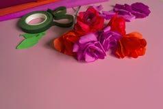 Material som skapar en blomma Handgjord pappers- blomma Kräppapper arkivfoton
