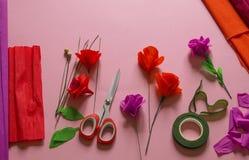 Material som skapar en blomma Handgjord pappers- blomma Kräppapper fotografering för bildbyråer