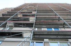 Material till byggnadsställning i en mycket stor konstruktionsplats arkivfoton