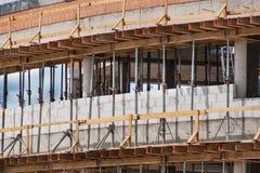 Material till byggnadsställning- och betongformwork Byggnadsplats av en kontorsbyggnad Byggnationer Royaltyfri Foto
