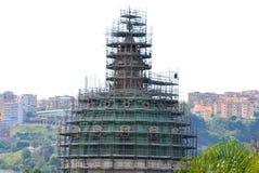 Material till byggnadsställning på en kupol i Naples - dell för kupoldellabasilika ` Incoronata royaltyfri foto