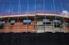 Material till byggnadsställning på nya hem under konstruktion i England Royaltyfri Fotografi