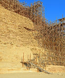 Material till byggnadsställning på pyramiden av Djoser i Saqqara royaltyfri foto