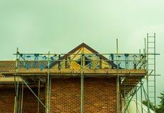Material till byggnadsställning runt om en husförlängning royaltyfri bild