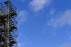 Material till byggnadsställningbeståndsdel blå sky för bakgrund Konstruktions- och rekonstruktionbegrepp Royaltyfria Foton