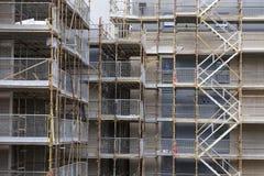 Material till byggnadsställningslut upp och trappa på konstruktionsbyggnadsplatsen royaltyfri foto
