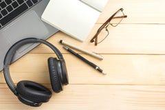 Material und Geräte auf hölzernem Schreibtisch lizenzfreie stockfotos