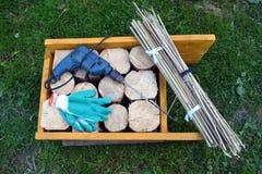 Material y herramientas del hotel del insecto en jardín en hierba Imagenes de archivo