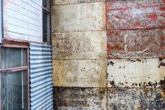 Materiale arrugginito all'aperto della miscela della parete di lerciume fotografie stock