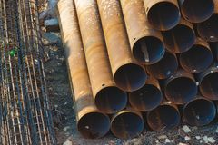 Materiale da costruzione industriale - tubi impilati in una piramide fotografie stock