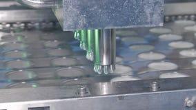 Materiale da otturazione automatico delle bottiglie con i prodotti lattier-caseario stock footage