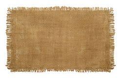 Materiale del sacco di iuta della tela da imballaggio con i bordi sfilacciati consumati isolati sopra immagine stock libera da diritti
