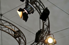 Materiale di illuminazione professionale vicino al soffitto della fase del teatro Fotografia Stock Libera da Diritti