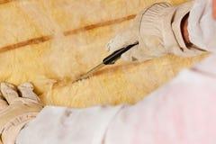 Materiale di isolamento di taglio dell'uomo per costruzione Fotografia Stock