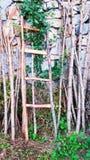 Materiale di legno accanto alla parete di pietra Fotografia Stock Libera da Diritti