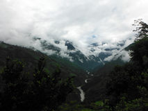 Materiale di riempimento himalayano delle montagne con le nuvole durante il monsone Fotografia Stock